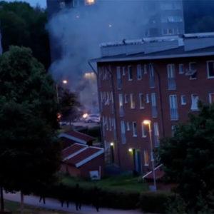 Vermummte ziehen durch schwedische Ortschaften und stecken fast 90 Pkws in Brand