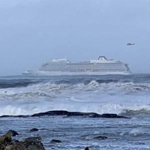 """Kreuzfahrtschiff """"Viking Sky"""" vor norwegischer Küste in Schwierigkeiten – mit Live Stream"""