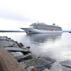 """Chaos-Tag der """"Viking Sky"""" ist vorbei – Kreuzfahrtschiff im Hafen von Molde"""